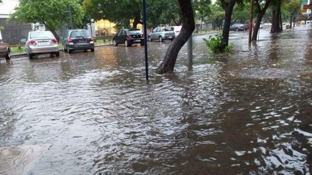 Un fuerte temporal dejó calles anegadas en Santa Fe