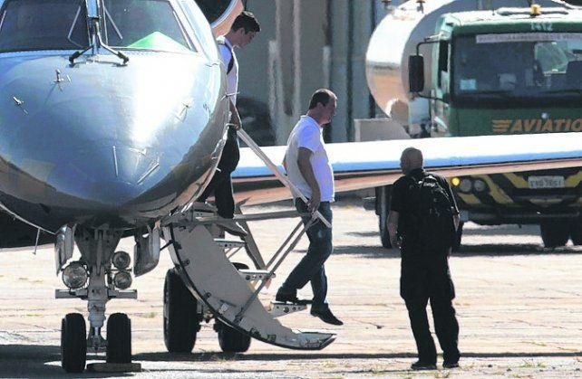 adentro. Joesley Batista llega a Brasilia custodiado por federales.