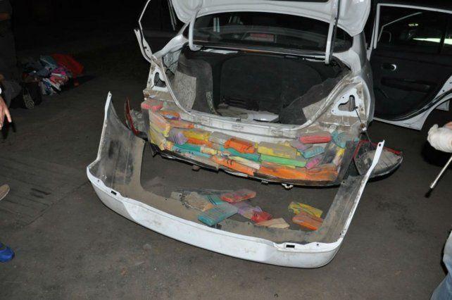 Escondidos. Los panes de droga iban en los paragolpes del Nissan Tiida.