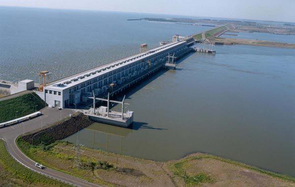 La represa hidroeléctrica de Yacyretá produce actualmente 3.20 megavatios con 20 turbinas.
