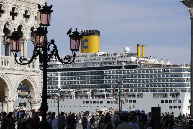 Chocante. Un enorme crucero frente a la Plaza San Marcos. Esto se prohibió hace solo unos días.