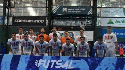 El plantel leproso de futsal que se consagró campeón en cancha de Ferro, en una infartante definición ante Independiente.