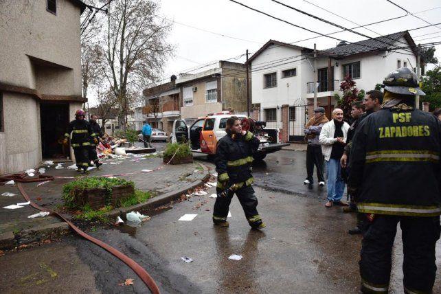 Vecinos y bomberos ayudaron a las mujeres a salir de la casa.