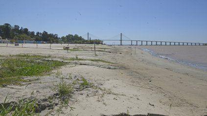 Las consecuencias de la bajante del río se pueden observar a simple vista con solo recorrer la costanera norte.