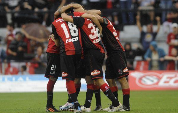 Juntos y unidos. Los jugadores de Newells festejan uno de los goles del triunfo contra los rafaelinos.