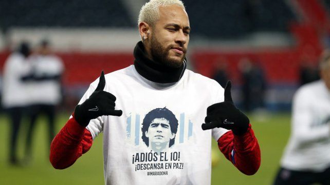 El brasileño Neymar lució una camiseta especial recordando a Diego Maradona.