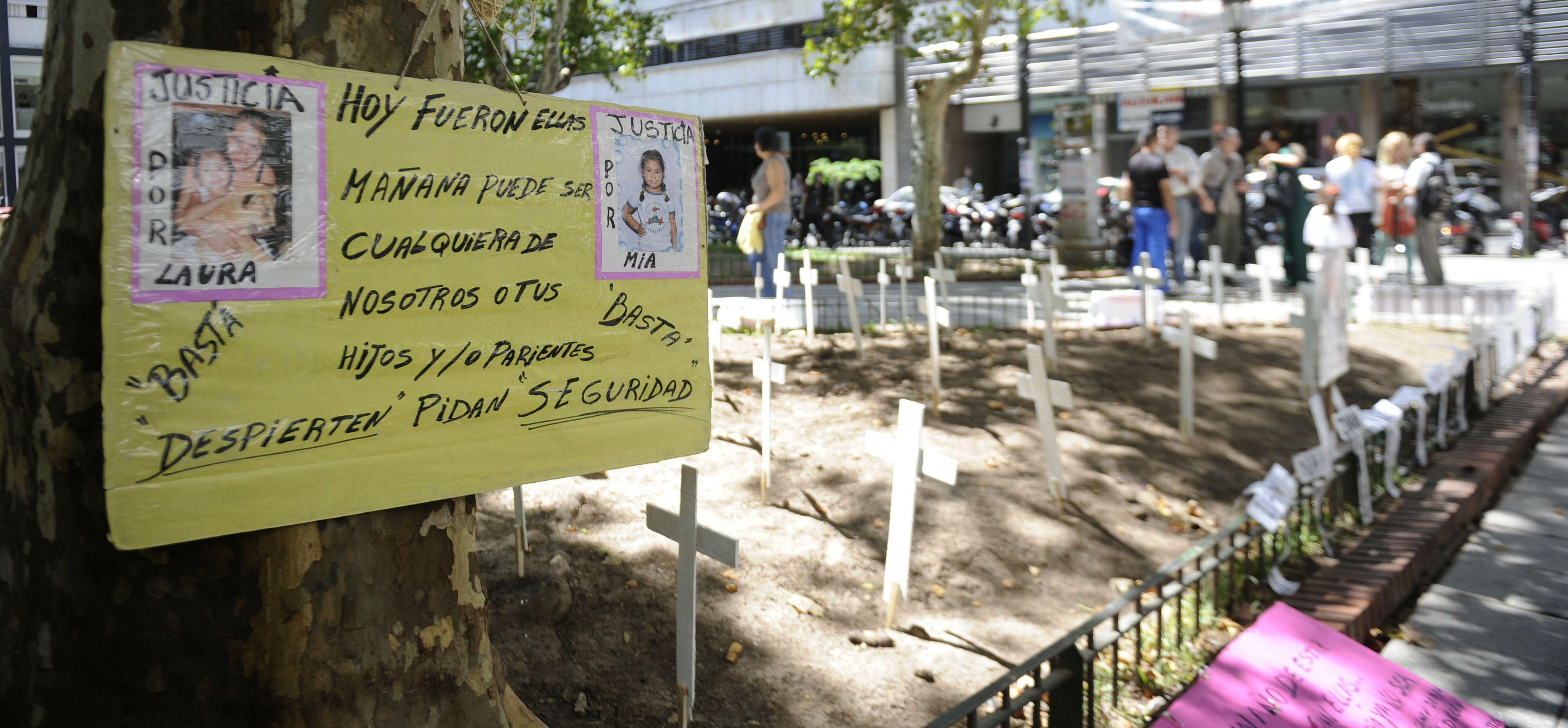 Los familiares de las víctimas de inseguridad recuerdan a sus muertos con manifestaciones en las plazas públicas rosarinas.