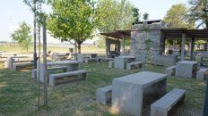 Sombra y río. El camping tendrá asadores, quinchos y espacios con sombra donde compartir comidas y charlas.