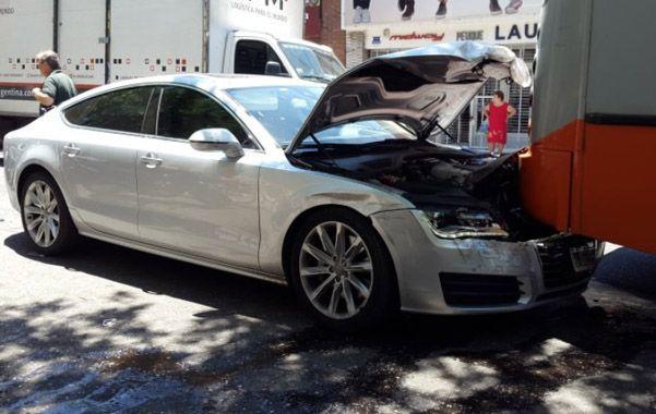 Impacto. El Audi A7 golpeó contra el sector trasero del colectivo