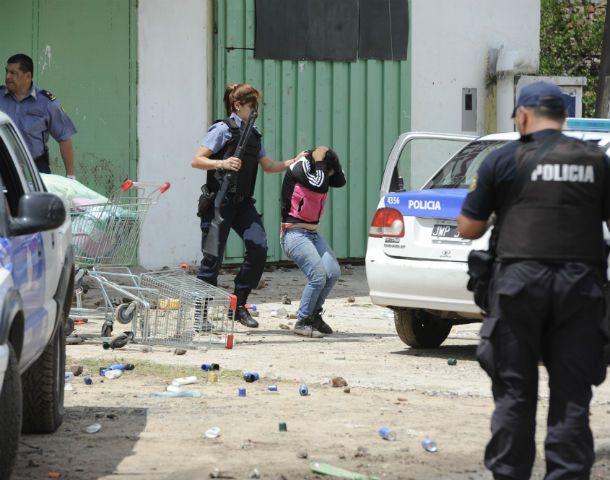 Una mujer policía se lleva detenida a una joven que había ingresado a robar el miércoles pasado en un supermercado de origen chino en Villa Gobernador Gálvez. (Foto: A. Amaya)