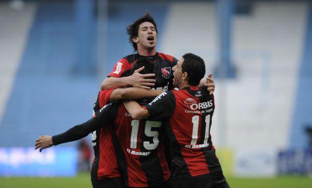 Los jugadores se abrazan al finalizar el partido en el Nuevo Monumental de Rafaela.