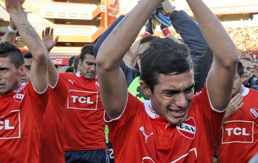 Desconsuelo. Los jugadores de Independiente no pueden evitar el llanto mientras saludan a sus hinchas