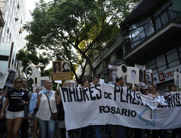 La marcha recorrió desde plaza San Martín al Monumento a la Bandera con la consigna Nunca Más. (Fotos: Leonardo Vincenti)