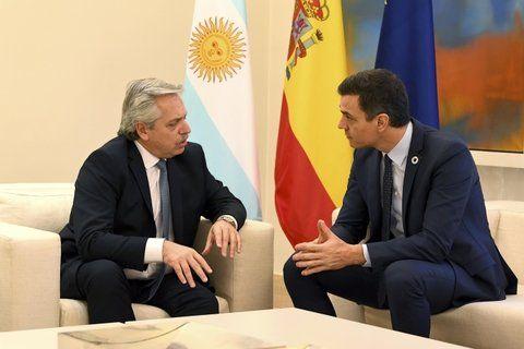 Ayuda. Alberto Fernández recibió el compromiso y el apoyo del primer ministro y el rey de España.