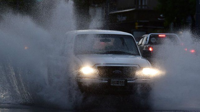 Varias calles ya estaban anegadas esta madrugada por la intensa lluvia.