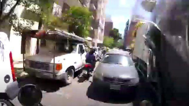Video: una frenética persecución a un motochorro en pleno centro rosarino y a contramano