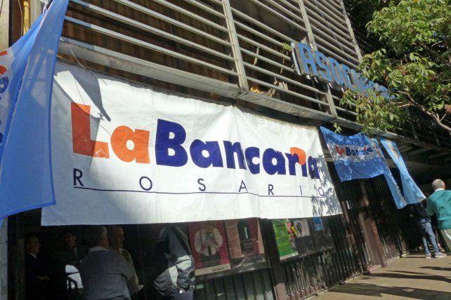 Los bancarios denunciaron que las cámaras quieren un paro mañana para evitar una corrida bancaria
