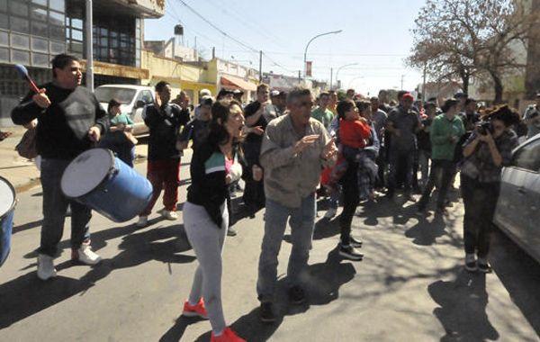 Familiares y amigos de Roberto Arrieta se manifestaron frente a los Tribuanles de San Lorenzo.
