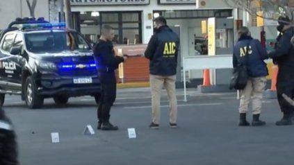 Atacan a balazos a una camioneta en una estación de servicios
