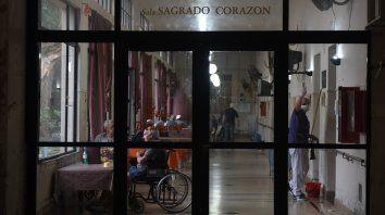 El protocolo dispone que quienes se retiren de los geriátricos, al regresar deben hacer un aislamiento de 14 días y contar con un hisopado negativo.