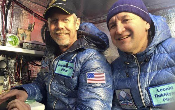 Pioneros. Troy Bradley (izq.) y Leonid Tiukhtayev en la cápsula del globo.