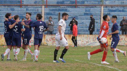 Venga ese abrazo. Paulo Killer anotó el tercer tanto de penal y todo el equipo busca asociarse en el festejo. El charrúa sigue vivo en el torneo de la C