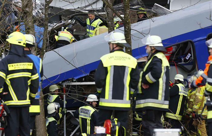 Los heridos menos graves están siendo tratados por los efectivos de emergencias en la zona del accidente. (Foto:AP)