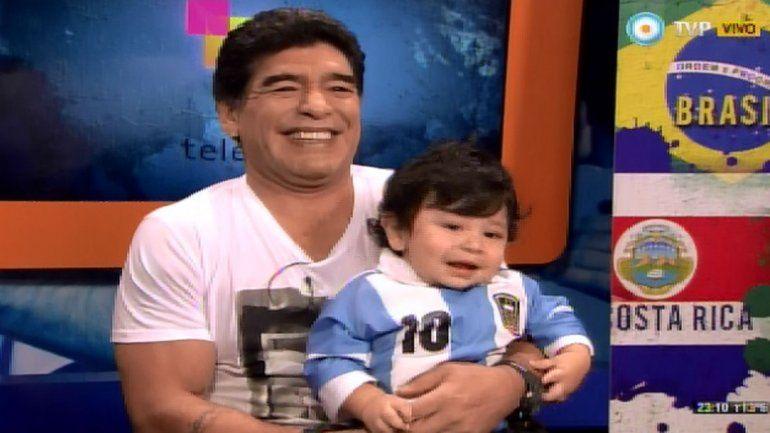 Maradona junto a su hijo de dos años con quien nunca se había mostrado en público.