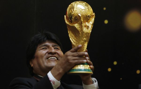 futbolero. Evo levanta la copa del Mundial en enero pasado.