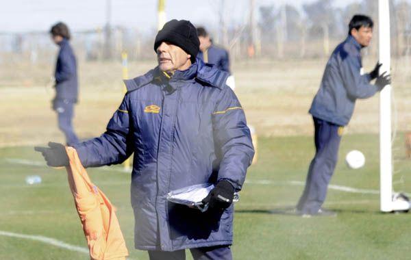 Miguel Russo espera un partido trabado ante Gimnasia. Foto: S. Salinas.