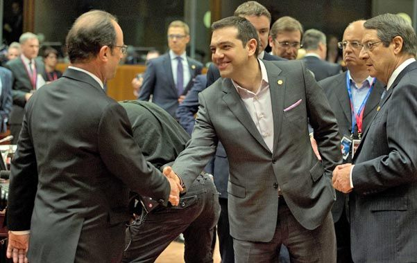 Se acaba el tiempo. El premier Tsipras estrecha la mano a Hollande.
