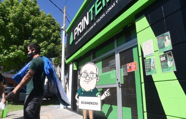 Un joven se llevaba este jueves la última pileta de lona que tenía en stock el distribuidor mayorista en Rosario de una reconocida marca.