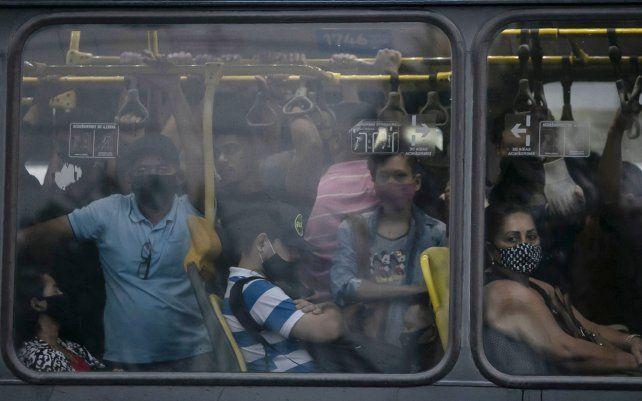 Un autobús público abarrotado durante la pandemia de COVID-19 en Río de Janeiro