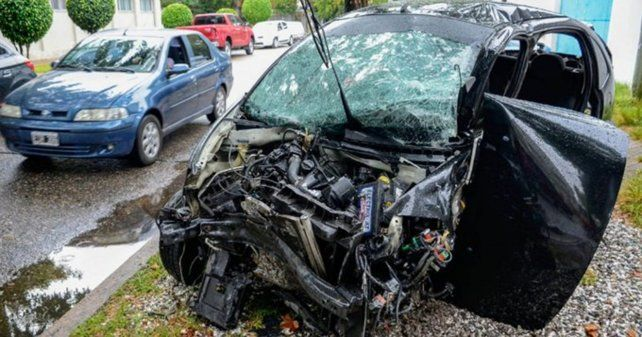 El vehículo en el que iban las víctimas del fatal siniestro en avenida del Rosario y Ayacucho.