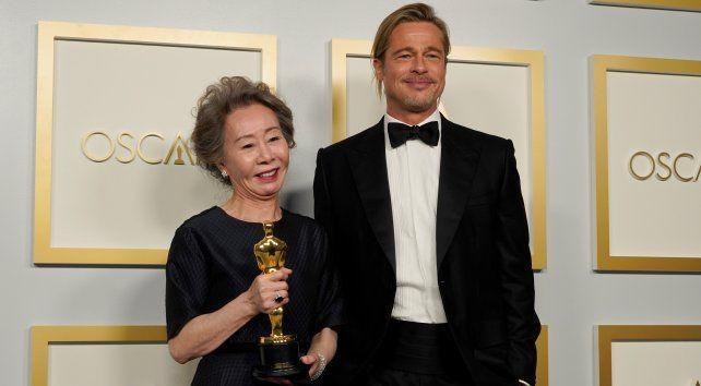 Youn Yuh-jung junto a Brad Pitt.