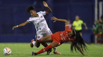 Ana Lurdes, de Ferroviaria, cae tras la falta de la colombiana Daniela Arias, jugadora de America de Cali, en la vibrante final de la Copa Libertadores femenina en el estadio José Amalfitani.