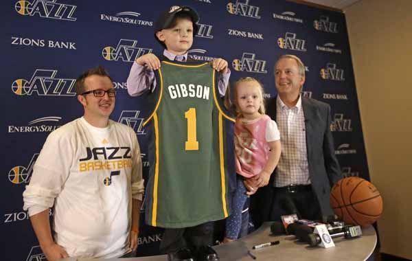 JP Gibson exhibe la camiseta número 1 de los Jazz tras firmar su contrato por un día. (Foto: AP)