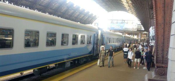 El primer servicio del tren que une Rosario con Buenos Aires partió en hora desde la Estación Retiro.