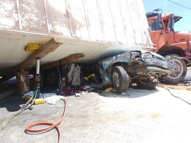 Así quedó el Ford Escort tras quedar aplastado por el acoplado del Merdeces Benz.