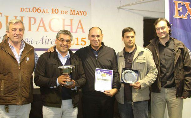La familia Leiggener recibe el premio de la Expo Suipacha.