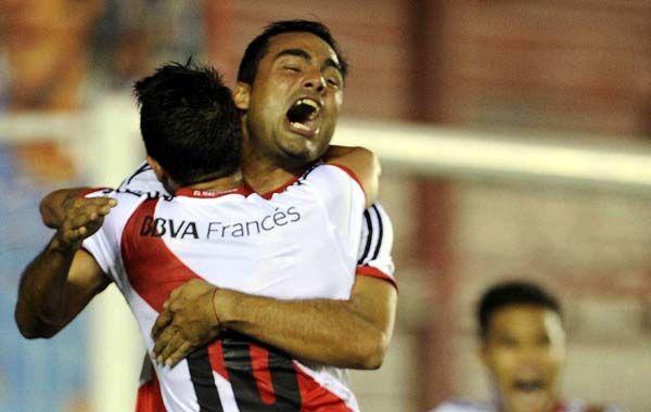 Con el alma. Mercado abraza a Lanzini después del primer gol millonario.