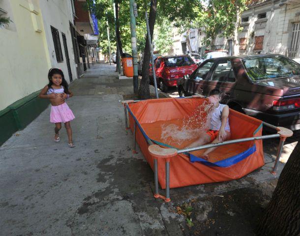 A la pile. En un barrio porteño los vecinos armaron la Pelopincho en la vereda. Los chicos de la cuadra