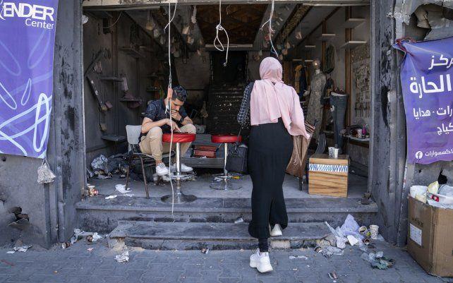 Concreto y escombros cubren un mostrador de un local comercial severamente dañado