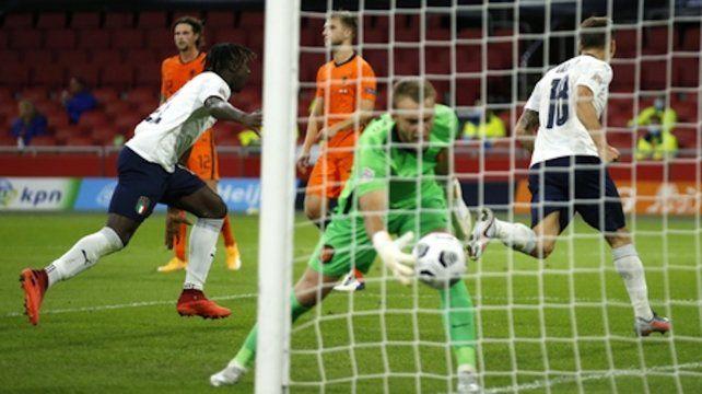 Nicolo Barella(derecha) corre a festejar su tanto con el que Italia vence a la selección neerlandesa.