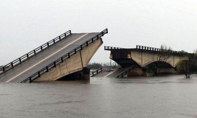 Las imágenes del puente que cayó en la ruta nacional 12 por las fuertes lluvias en Corrientes