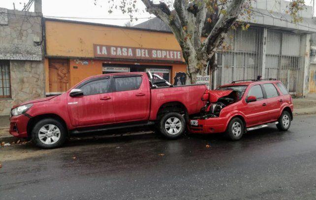 El automóvil se metió debajo de la camioneta en Juan Perón al 4300.