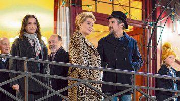 """Elenco. Juliette Binoche, Catherine Deneuve y Ethan Hawke en una escena de """"The Truth""""."""