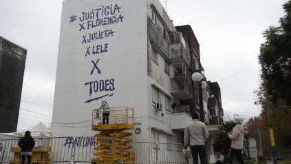 El paredón de Buenos Aires al 4700 donde se plasmará el homenaje a Messi, este lunes los muralistas recordaron a víctimas de femicidios.