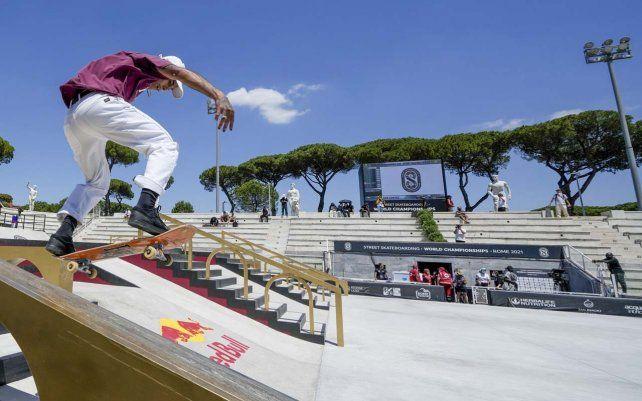 Jesús Muñoz Cortez de Chile compite en el Campeonato Mundial de Skateboarding Callejero