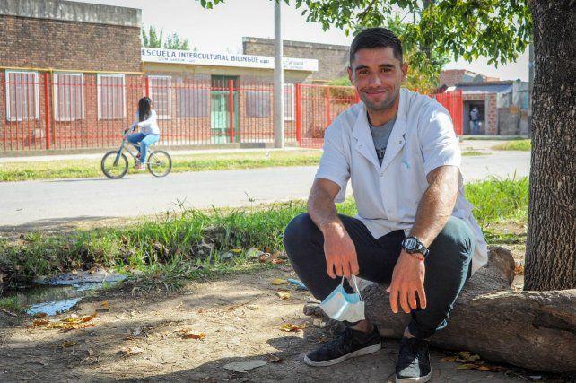Maxi da clases en una escuela del barrio qom de Garzón al 4300. Durante la pandemia fue casa por casa para ver cómo estaban sus alumnos.
